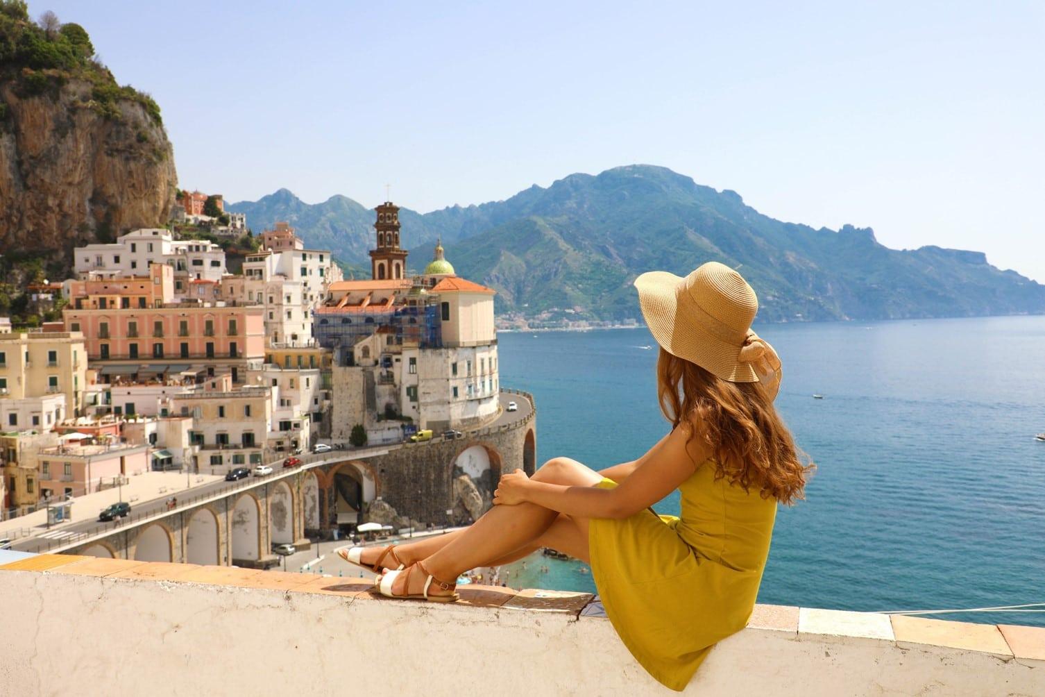Italie - femme regardant Atrani petit format